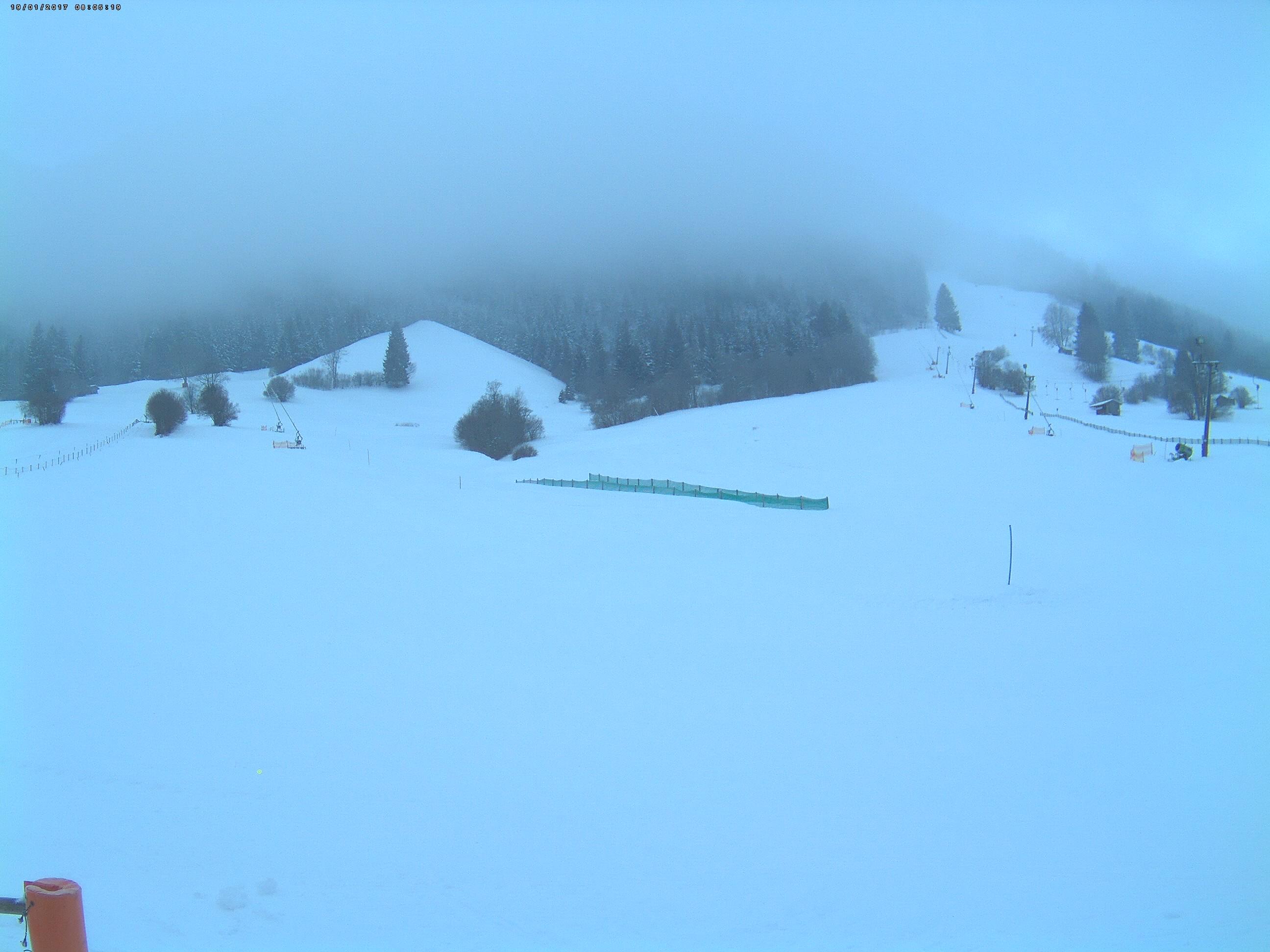 Blick in Richtung Süd. Links die Minilifte und links im Hintergrund der Ideallift (Tellerlift). Oben rechts im Bild der Eiskletterturm.